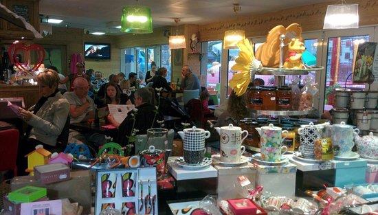 Le Coucaril : Salon de thé, crêperie et boutique. L'accueil est sympathique