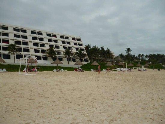 Grand Oasis Cancun: Vista de las habitaciones desde la playa.