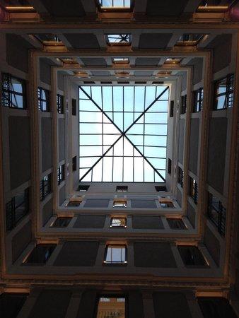 H10 Urquinaona Plaza : Glastaket ovanför receptionsområdet