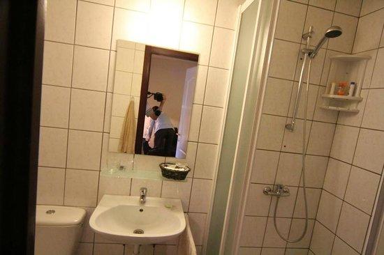 Hotel Gai-Sejour : Our bathroom