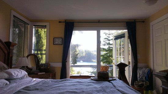 Arbutus Point Oceanfront Bed and Breakfast: View through our room to Welbury Bay