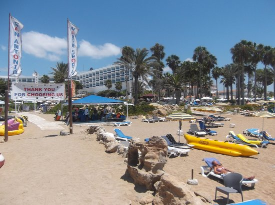 Leonardo Plaza Cypria Maris Beach Hotel & Spa: Beach down from pool area.