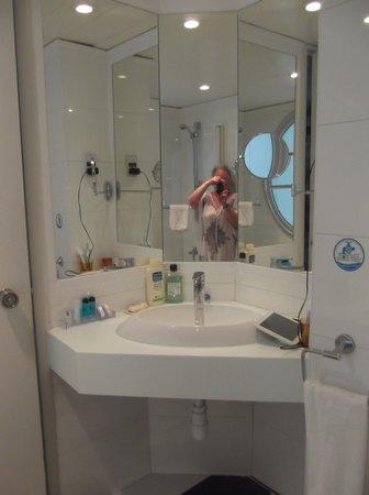 Leonardo Plaza Cypria Maris Beach Hotel & Spa: Sink area in bathroom.