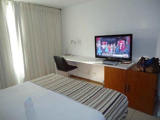Real Colonia Hotel & Suites: escritorio y TV