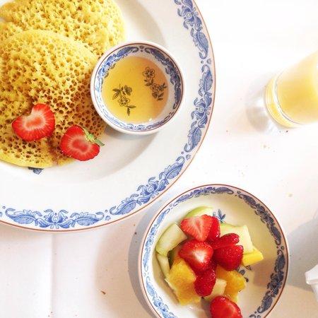 Brenners Park-Hotel & Spa: Pancakes marocains, miel maison délicieux, jus d'ananas et fruits pour le petit déjeuner.