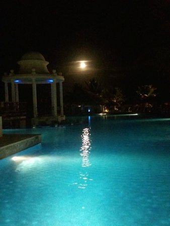 Now Sapphire Riviera Cancun : Pool area with Moonlight