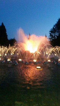 The Singing Fountain: نافورة راقصة متوسطة الحجم جميلة. تتمايل على رأس كل ساعة على معزوفة مختلفة.س 10م معزوفة تايتنك