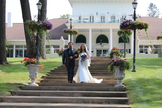 The Four Seasons Island Resort : Here comes the bride!