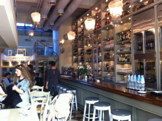 Kuzina: Interior and bar