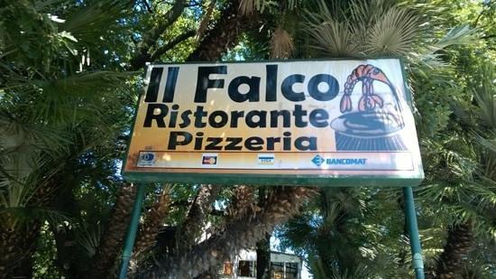 Restaurant Pizzeria 'Il Falco': l'insegna storica del locale, ormai quasi invisibile per la vegetazione