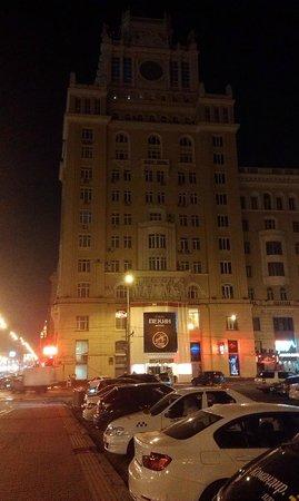 Peking Hotel : Вид снаружи вечером
