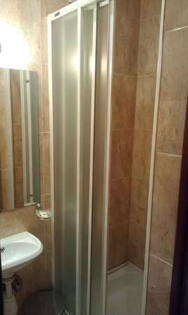 Peking Hotel: Душевая кабинка очень маленькая