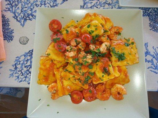 Sottovento: Ravioli relleno de salmón con salsa de tomate y gambas