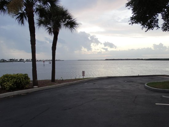DoubleTree Suites by Hilton Tampa Bay: parking lot view