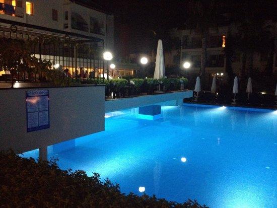 Kentia Apartments: The fantastic pool at night time.  Beautiful <3