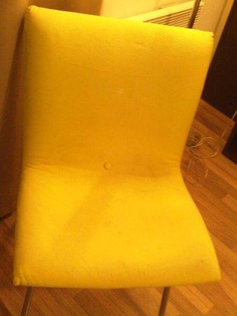 Residhome Privilege Nancy-Lorraine: fauteuil taché à plusieurs reprise...