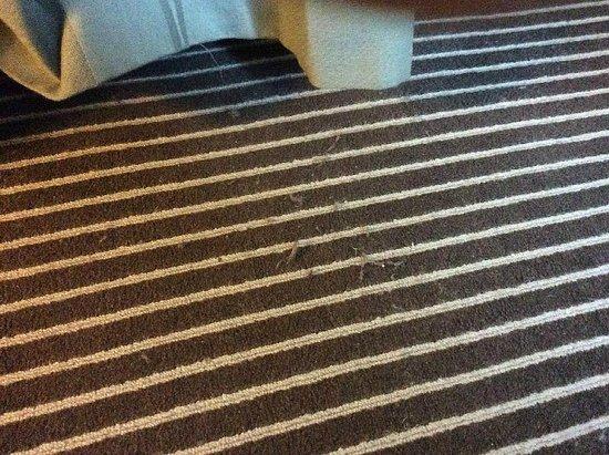 Gran Melia Fenix : Dirty carpet (by bed)