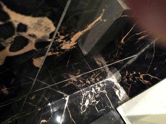 Gran Meliá Fénix: Dirty corner/tiles