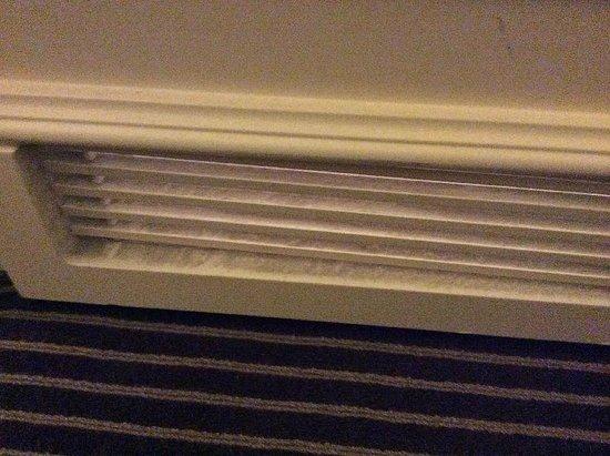 Gran Meliá Fénix: Dirty door vent