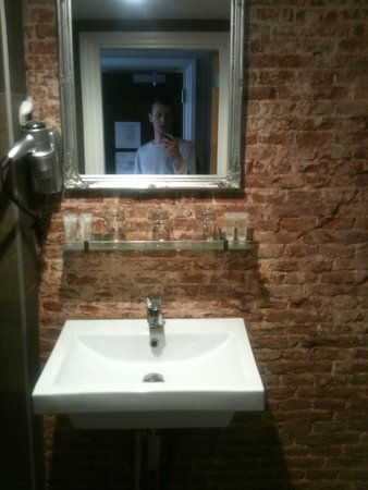 Hotel Cafe Corner House: bathroom