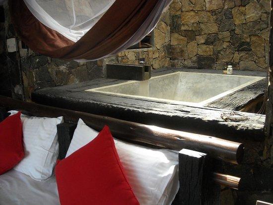 98 Acres Resort : salle de bains en matériau naturel