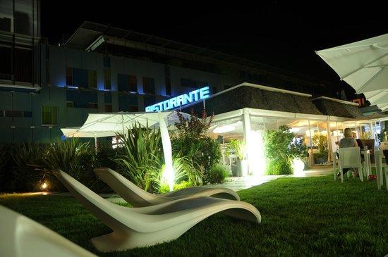 Hotel San Ranieri: Vista dal parco sul ristorante.