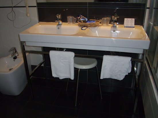 Hotel M.A. Princesa Ana: iki lavabolu banyo