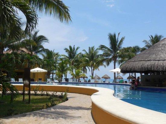 Secrets Aura Cozumel: Swim up pool bar