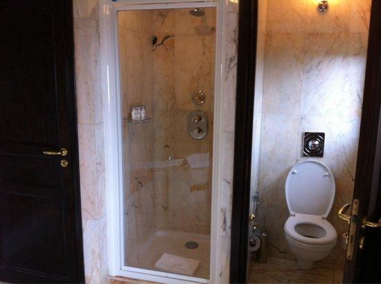 Chateau de la Chevre d'Or: Standard room - bathroom