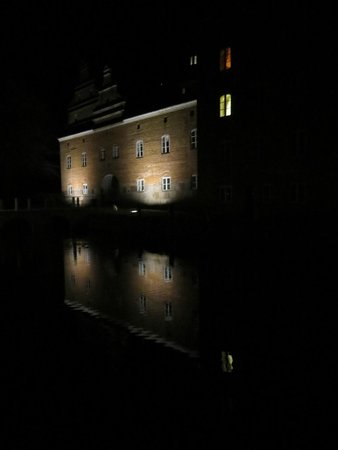 Gudme, Danmark: hotel at night