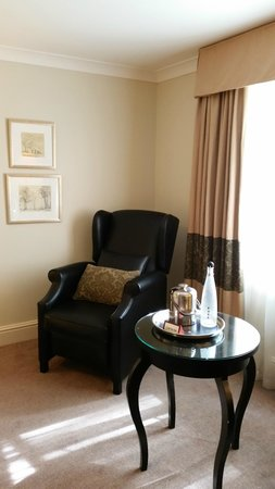 Macdonald Berystede Hotel & Spa: Leather tall chair next to table with spa water glasses and ice bucket