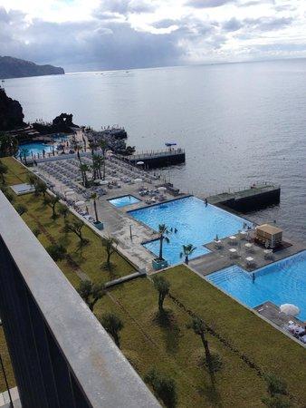 Vidamar Resort Madeira : Vu sur les piscines et l'océan depuis le balcon.