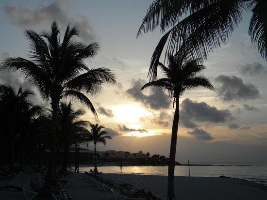 Barcelo Maya Colonial: Sunrise on the beach