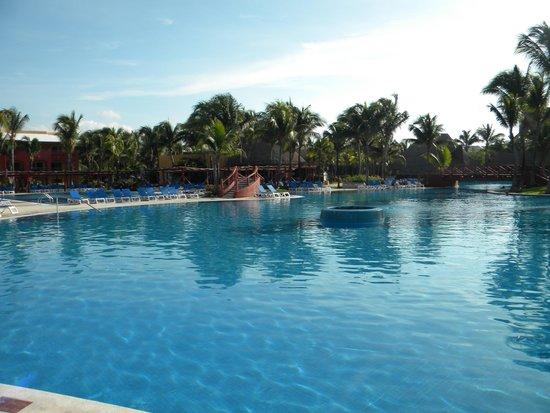 Barcelo Maya Colonial: The pool is huge
