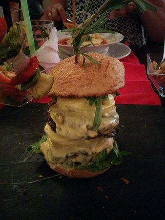 Friends Lounge Bar & Restaurant: The home made XL burger. best €16 I've ever spent