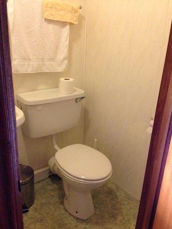Riverside House: Salle de bain petite et sentant le renfermé