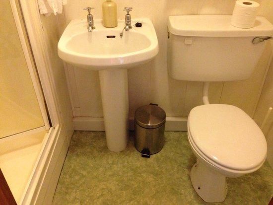 Riverside House: Salle de bain petite et sentant le renfermé - bis