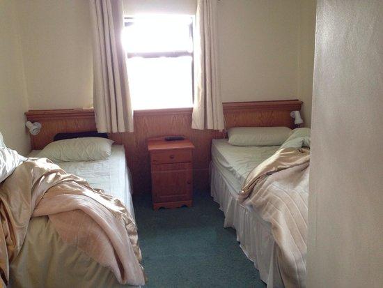 Riverside House: Chambre très petite, très poussiéreuse, odeur de renfermé.