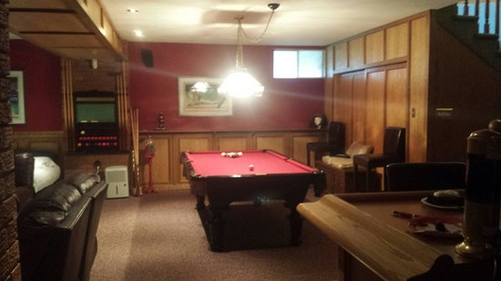Buck House: Rec room with pool table
