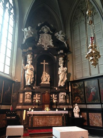 Église Notre-Dame (Onze Lieve Vrouwekerk) : Chapel inside Church of our Lady in Bruges, Belgium