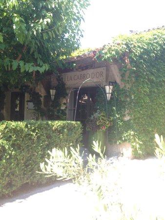 Baumaniere les Baux de Provence: Outside the restaurant.