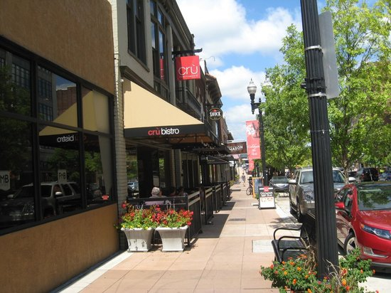 Cru Bistro Downtown: Outdoor seating and entrance