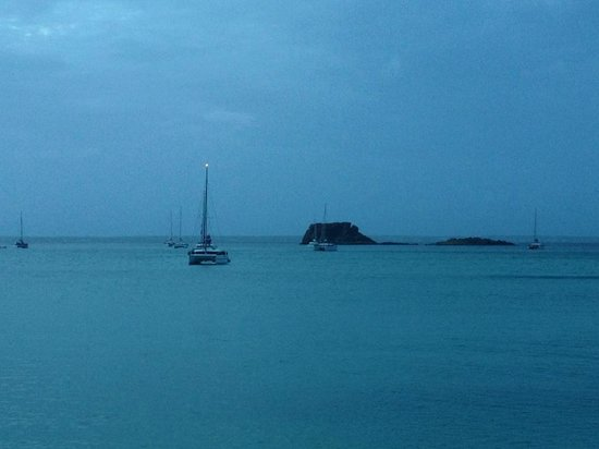 Grand Case Beach Club: Dusk view of Creole Rock and sailboats from the beach