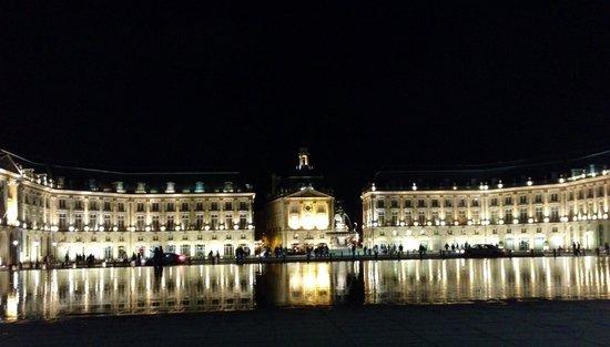 Place de la Bourse (Place Royale): Lindo de dia e sensacional à noite!