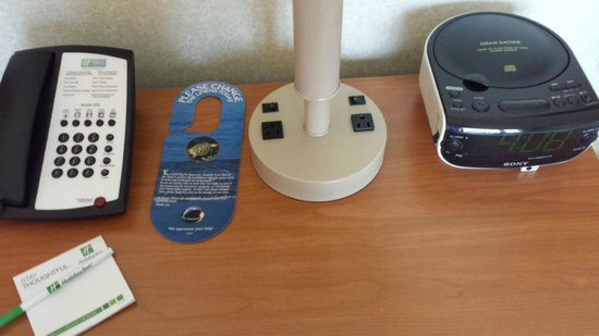 Holiday Inn Resort Wrightsville Beach: Outlets and CD player on nightstand