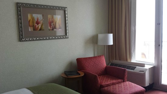 Holiday Inn Resort Wrightsville Beach: Seating in the room