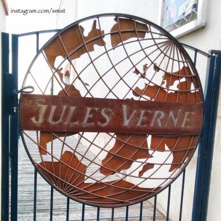 Musée Jules Verne de Nantes : The gate outside the museum.