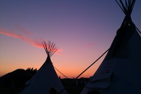 Deepdale Backpackers Hostel and Camping : Tipi at sunset