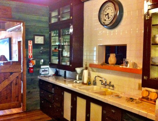 Pine Valley Lodge : Common-area kitchen