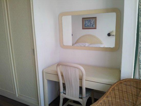 Mahkota Hotel Melaka : Miroir dans la chambre des parents